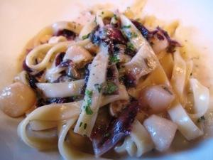 ホタテ小柱とラディッキオロッソのフェットチーネ、ケッパー風味